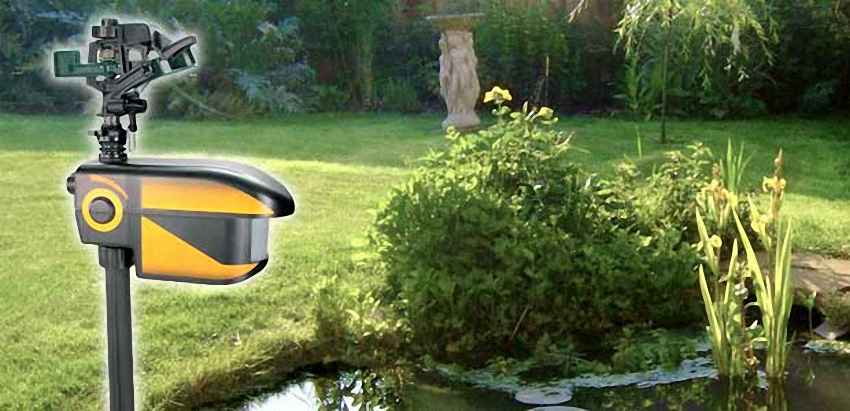 der Gartenächter an einem Teich montiert