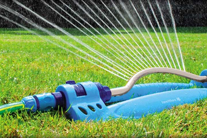 gartenregner bewässert rasenfläche