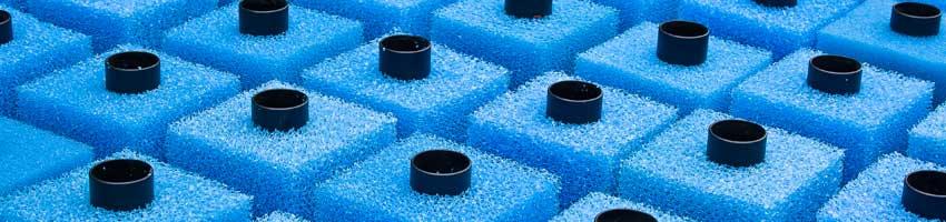 Blaue Filterpatronen in einem Patronenfilter
