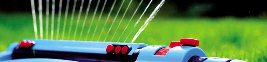 Der Regner versorgt die Rasenfläche mit Wasser