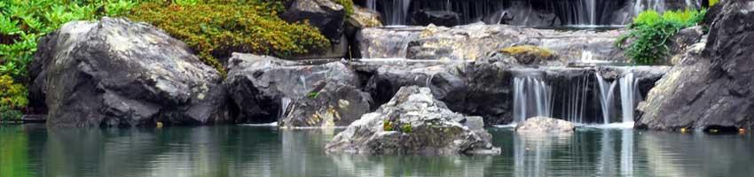 Wasserfall Kaskaden mit Bachlaufpumpen realiesiert