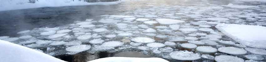 ein Teich auf dem Eisschollen schwimmen