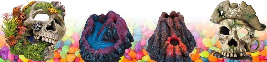 aquarium dekoration mit totenkopf, vulkan und buntem aquarium kies